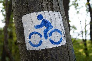 logo piste cyclable sur un arbre
