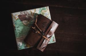 Carnet de voyage en cuir avec une carte du monde