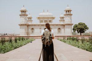 Fille qui visite un monument oriental